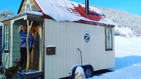 В крошечном доме на колесах Селена и Александр живут уже четыре года