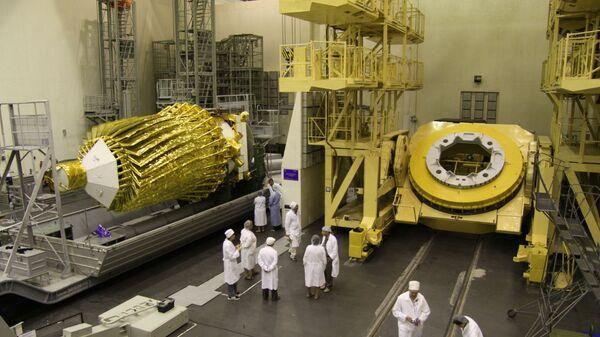 Работы с российской астрофизической обсерваторией Спектр-Р в монтажно-испытательном корпусе площадки № 31 космодрома Байконур