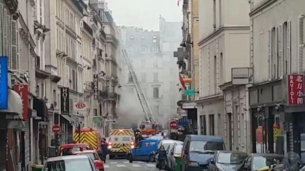 Спасатели работают на месте взрыва в Париже