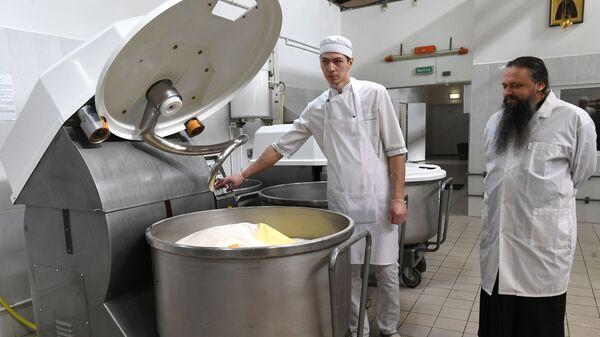 Приготовление пасхальных куличей в пекарне Троице-Сергиевой Лавры