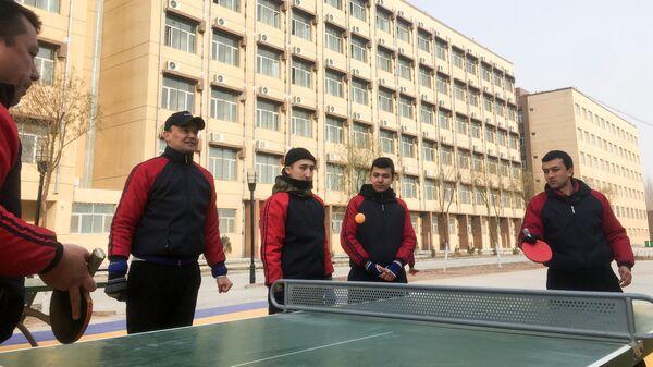 Обитатели Центра профессионального в городе Кашгар, Синьцзян-Уйгурского автономного района Китая, играют в настольный теннис во время  визита журналистов. 4 января 2019