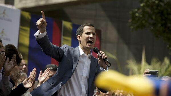 Глава оппозиционного парламента Венесуэлы Хуан Гуаидо выступает на улице Каракаса . 11 января 2019