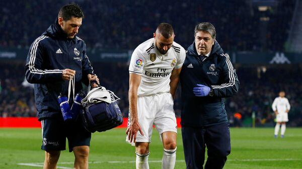 Форвард Реала Карим Бензема после полученного в матче с Бетисом перелома мизинца