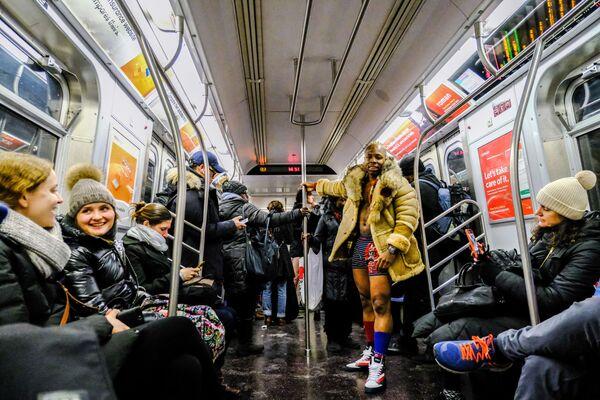 Участник флешмоба В метро без штанов в вагоне поезда метро Нью-Йорка
