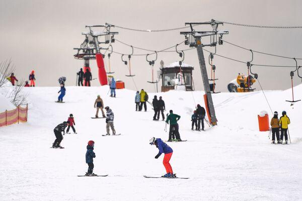 Посетители на склоне горнолыжного курорта Лисья Гора в Московской области