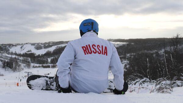 Сноубордист на территории спортивного парка Волен в Московской области