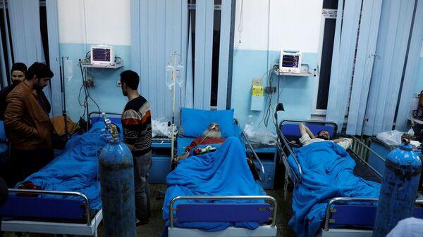 Пострадавшие в результате теракта в районе комплекса Green Village в больнице Кабула, Афганистан. 14 января 2019