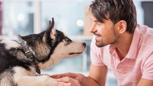 Хозяин собаки со своим питомцем