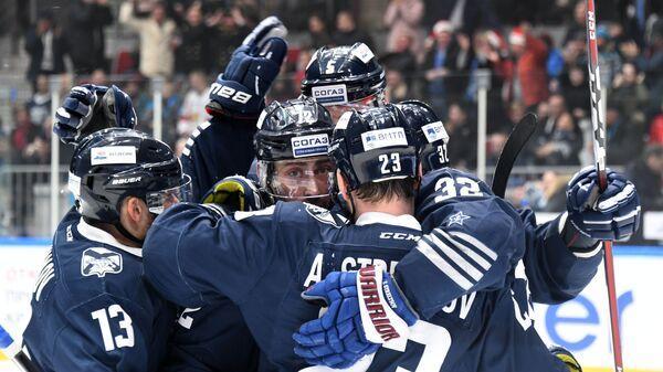 Хоккеисты Адмирала Александр Угольников, Сергей Коньков, Александр Стрельцов, Василий Стрельцов (слева направо)