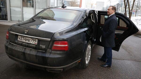 Председатель правительства РФ Дмитрий Медведев у лимузина Aurus проекта Кортеж