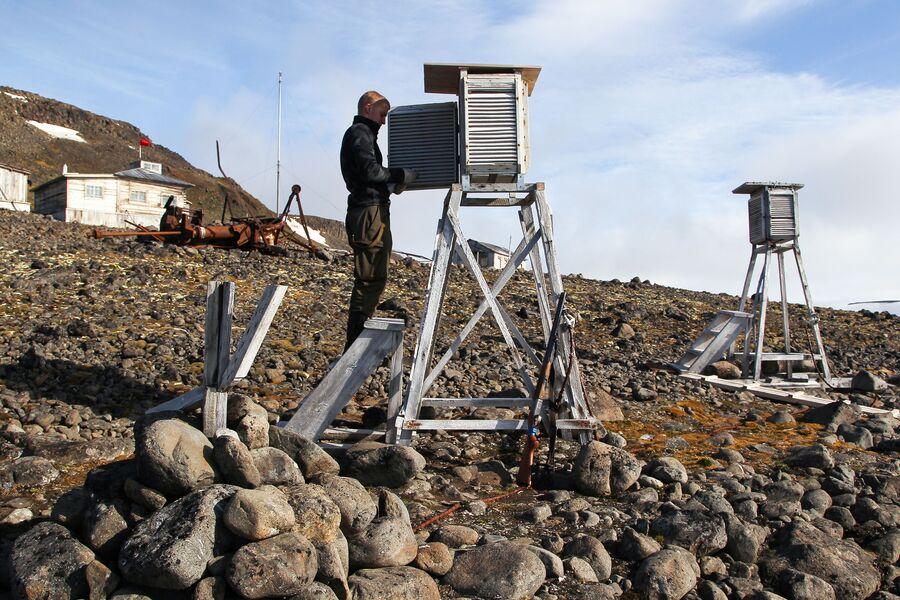 Александр Молчанов записывает показания приборов, Земля Франца-Иосифа, остров Гукера, бухта Тихая