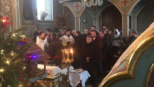 Служба в Преображенском храме в селе Гнездичное Тернопольской области на следующий день, после попытки захвата здания сторонниками новой церкви