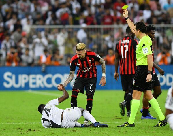 Полузащитник Милана Самуэль Кастильехо (№7) получает желтую карточку за фол на хавбеке Ювентуса Блезе Матюиди
