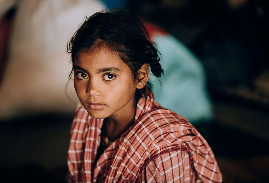 Индия, девочка на вокзале в Бенаресе