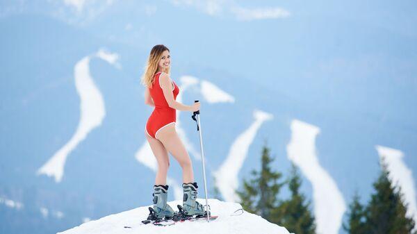 Девушка на горонолыжном курорте