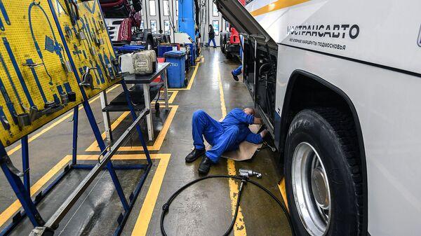 Сотрудник проводит плановое техническое обслуживание и сопутствующий ремонт автобуса Мострансавто