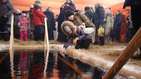 Крещенские купания на озере Чуоналыр в Мирнинском районе республики Саха (Якутия)