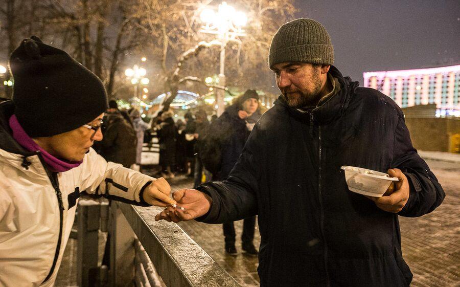 Волонтер фонда оказывает медицинскую помощь бездомному у Киевского вокзала