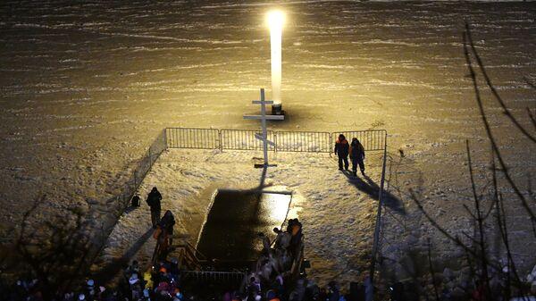 Жители Владивостока во время Крещенских купаний на пляже Юбилейный в Спортивной гавани во Владивостоке