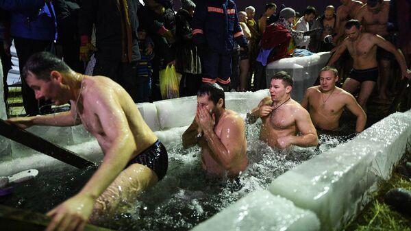 Верующие во время традиционных купаний в праздник Крещения на водохранилище Новосибирской ГЭС возле пляжа Бумеранг