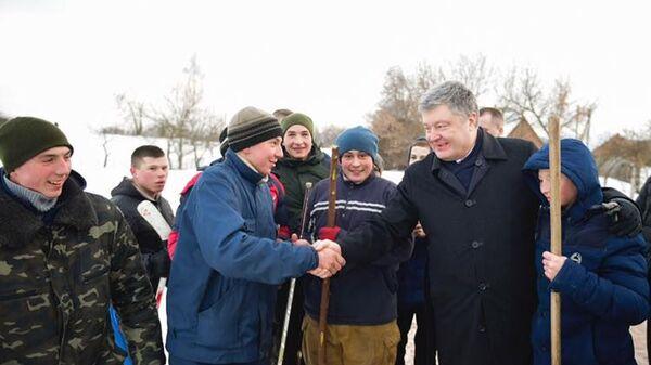 Президент Украины Петр Порошенко во время встречи с молодежью по дороге в Бердичев