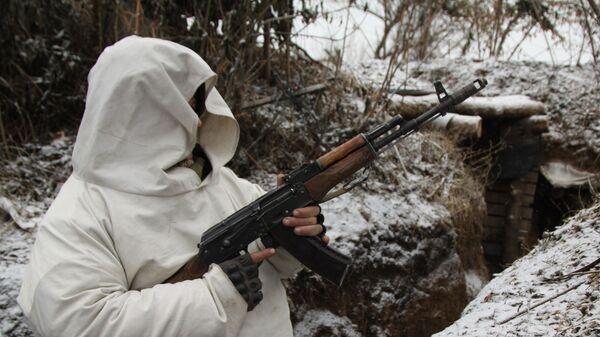 Служащий народной милиции Донецкой народной республики с автоматом в окопе