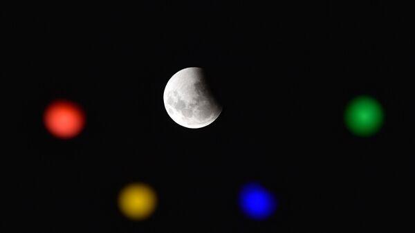 Лунное затмение в небе над Монтевидео, Уругвай
