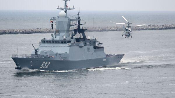 Корвет Бойкий и корабельный многоцелевой вертолет Ка-27 в Балтийске