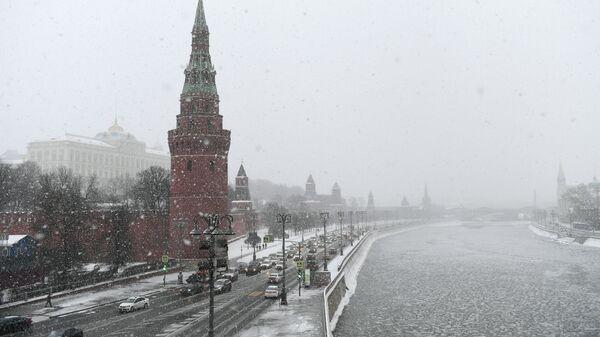 Кремлевская набережная во время снегопада в Москве