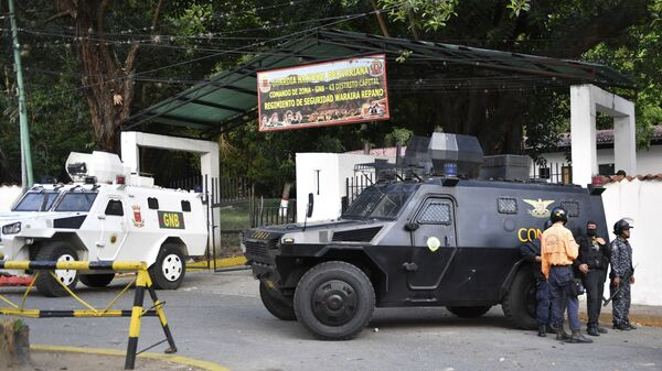 Бронемашины у штаб-квартиры Национальной гвардии Венесуэлы в Каракасе
