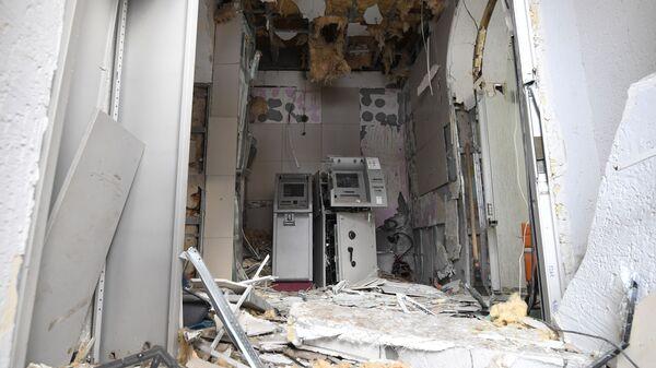 Последствия взрыва в помещении с круглосуточным доступом к банкоматам банка Открытие в Новосибирске