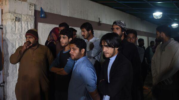 Родственники жертв ДТП с участием грузовика и автобуса в Пакистане