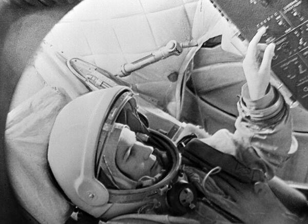 Летчик-космонавт Валентина Терешкова в тренажере космического корабля Восток