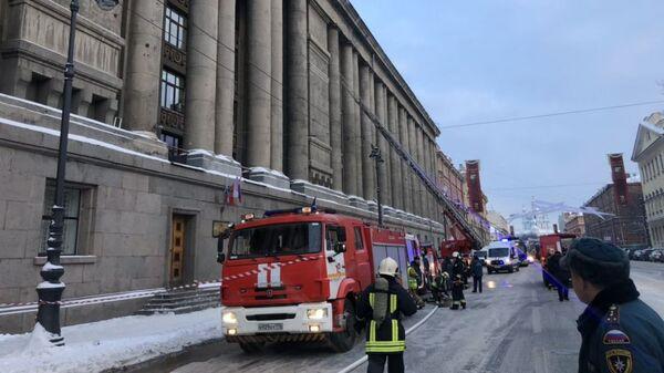 Сотрудники МЧС у здания Арбитражного суда в Петербурге, где произошел пожар. 22 января 2019