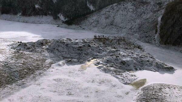 Взрывные работы на месте оползня, перекрывшего русло реки Бурея в Верхнебуреинском районе