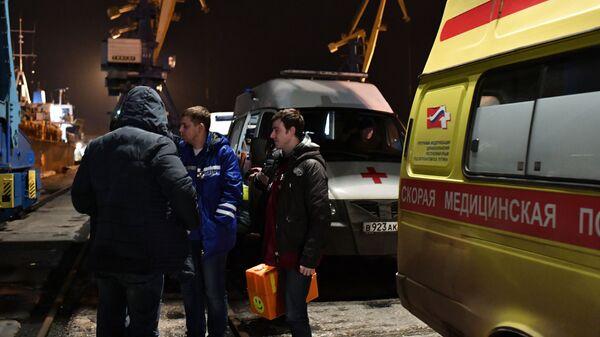 Медицинские работники в торговом порту Керчи, куда доставляются моряки, пострадавшие в результате пожара на судах в Керченском проливе