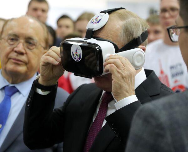 Президент РФ Владимир Путин во время общения со студентами МГУ