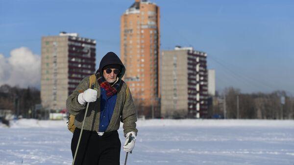 Мужчина прогуливается в одном из парков Москвы