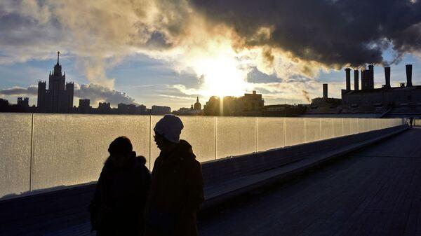 Туристы на парящем мосту в парке Зарядье