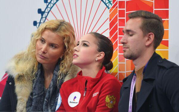 Алина Загитова (в центре)