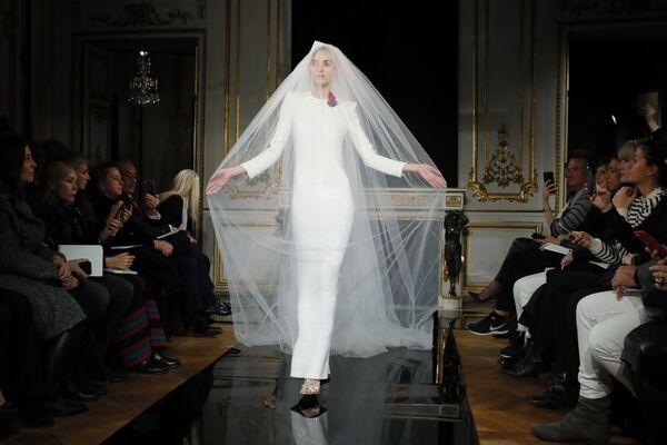 Показ коллекции Armani на Неделе моды Haute Couture в Париже
