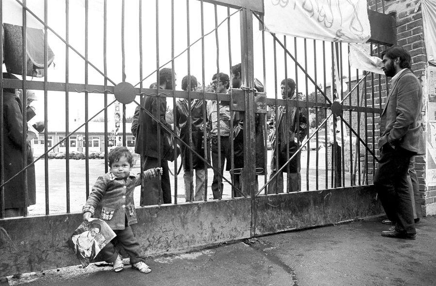 Ребенок с портретом Аятоллы Хомейни у ворот посольства США в Тегеране. 6 ноября 1979 года