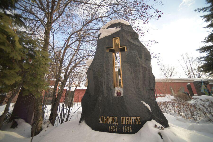 Памятник на могиле Альфреда Шнитке на Новодевичьем кладбище