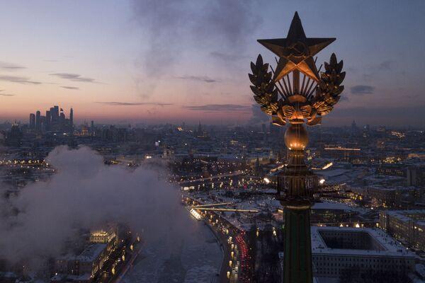 Звезда на крыше высотного здания на Котельнической набережной в Москве