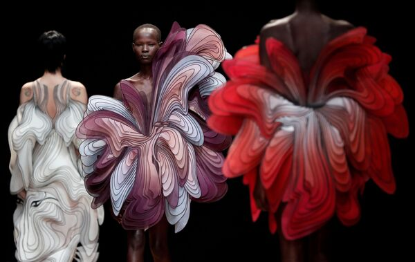Модели во время показа коллекции Iris van Herpen на Неделе моды Haute Couture в Париже