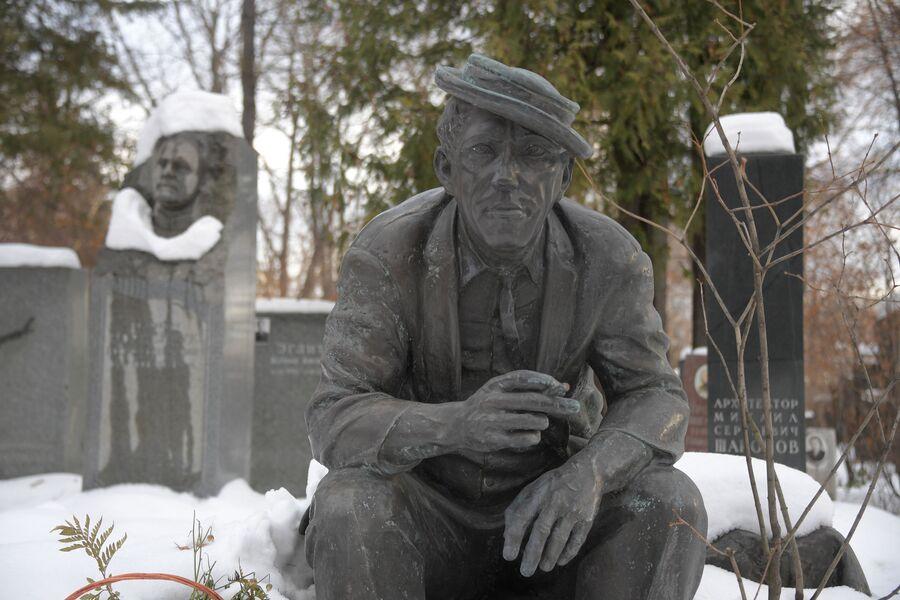 Памятник Юрию Никулину на Новодевичьем кладбище