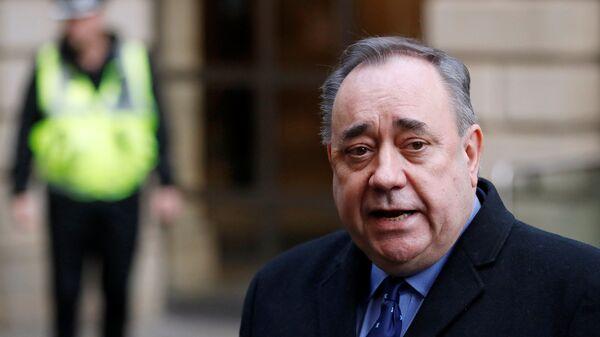 Бывший первый министр Шотландии Алекс Салмонд у здания суда в Эдинбурге. 24 января 2019