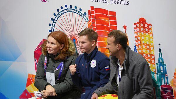 Михаил Коляда (в центре)