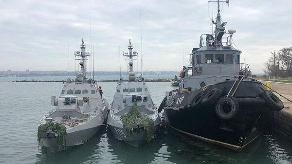 Задержанные украинские корабли доставлены в порту Керчи