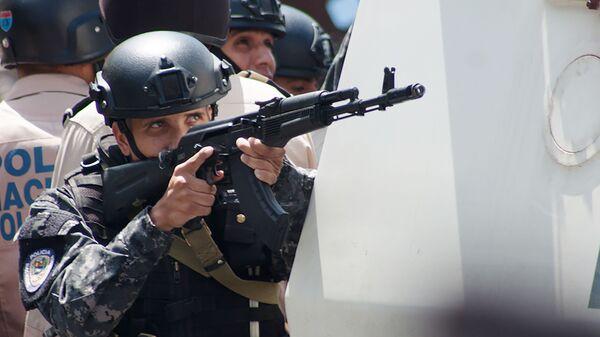 Венесуэльский полицейский с автоматом Калашникова